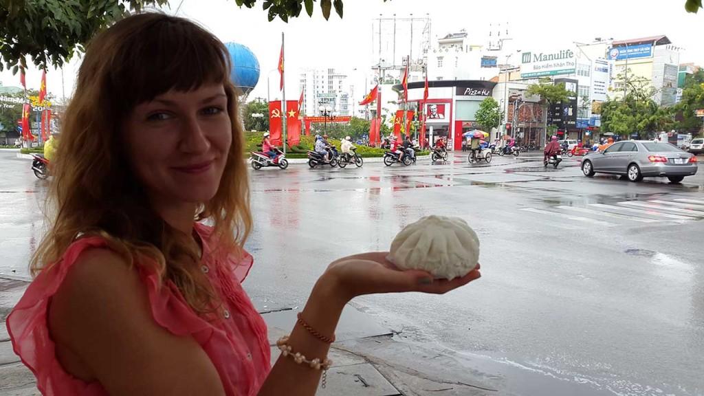 По пути купили вот такую местную пельмешку. В Ня Чанге такие встречаются очень часто, поэтому мы и решили попробовать.
