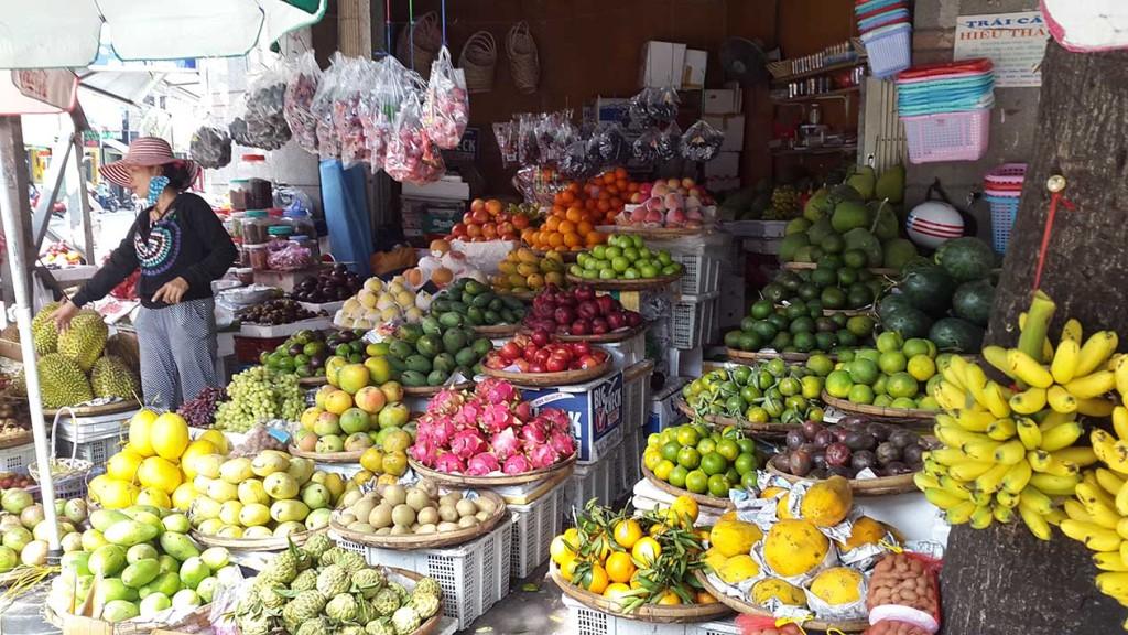 Здесь выбор фруктов гораздо больше, чем в туристических магазинчиках и развалах.