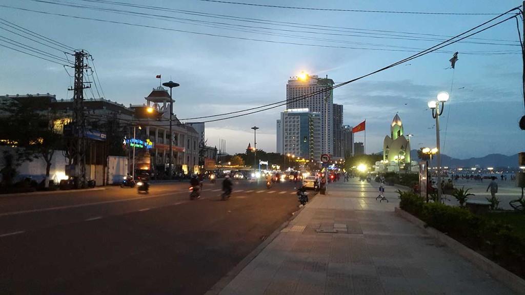 Широкая набережная Ня Чанга, по которой можно гулять очень долго.