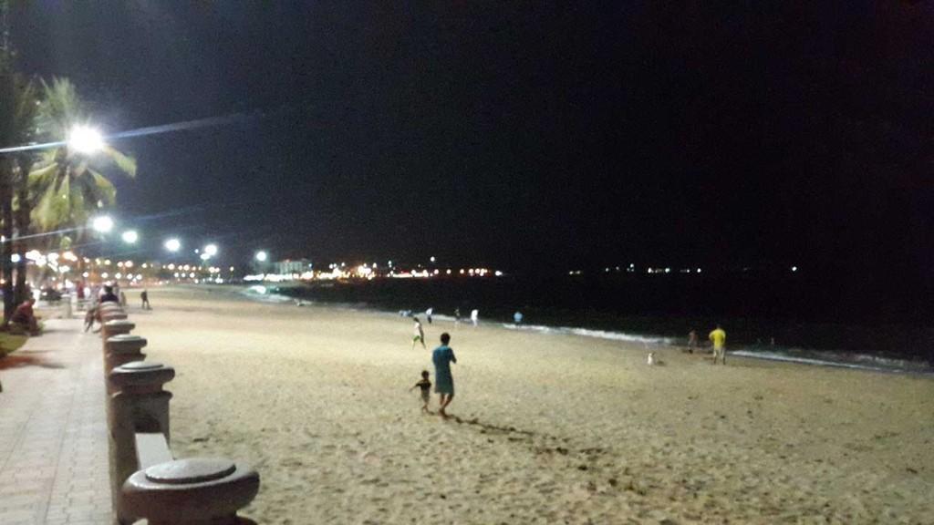 Еще один вид. Сейчас под рукой к сожалению только вечерние фото. Тем не менее и так видно, что пляж очень широкий, как и сама набережная, а туристическая инфраструктура очень развита.