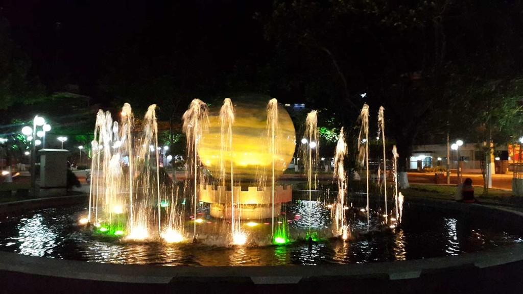 Небольшое шоу фонтанов, которое мы нашли в одном из скверов вдоль набережной Ня Чанга.