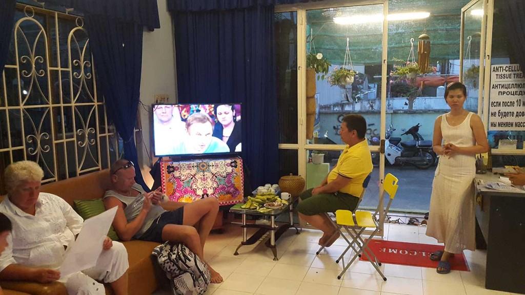 Вьетнамец с интересом смотрит пусть говорят с Малаховым по 1 каналу.