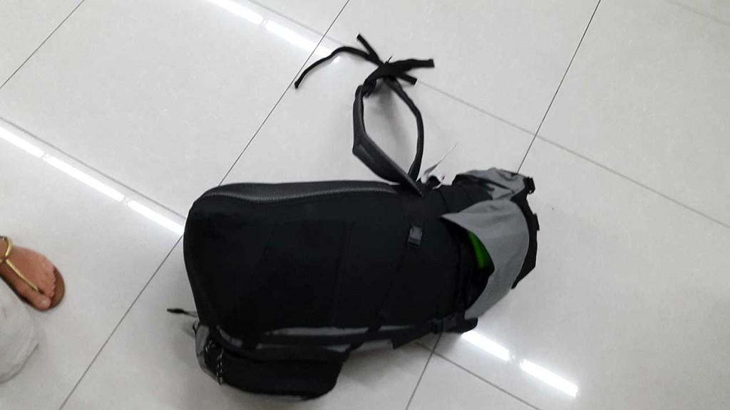 Наш бедный рюкзак вообще весь изорвали. Но я эту сумку уже давно тихо ненавижу.