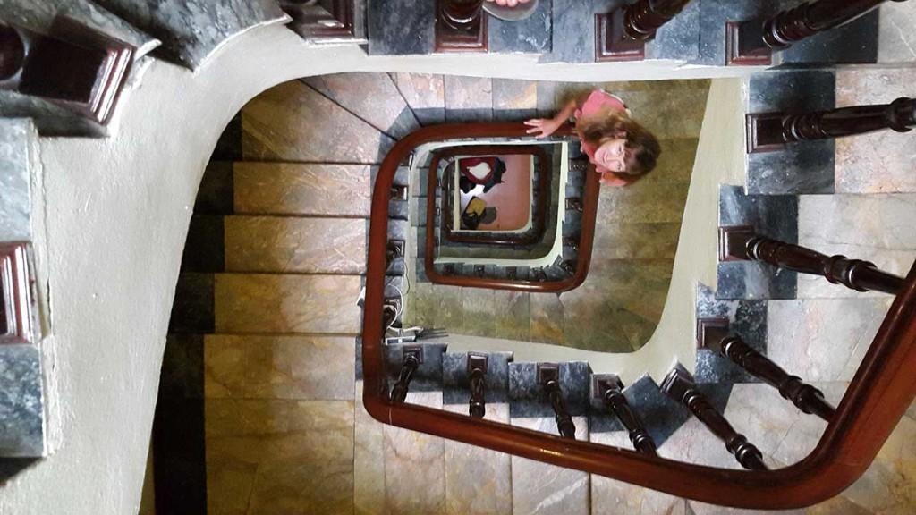 Вот такая капитальная лестница в отеле за 14$ за ночь.