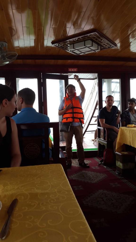 Гид объясняет как пользоваться спасательным жилетом.