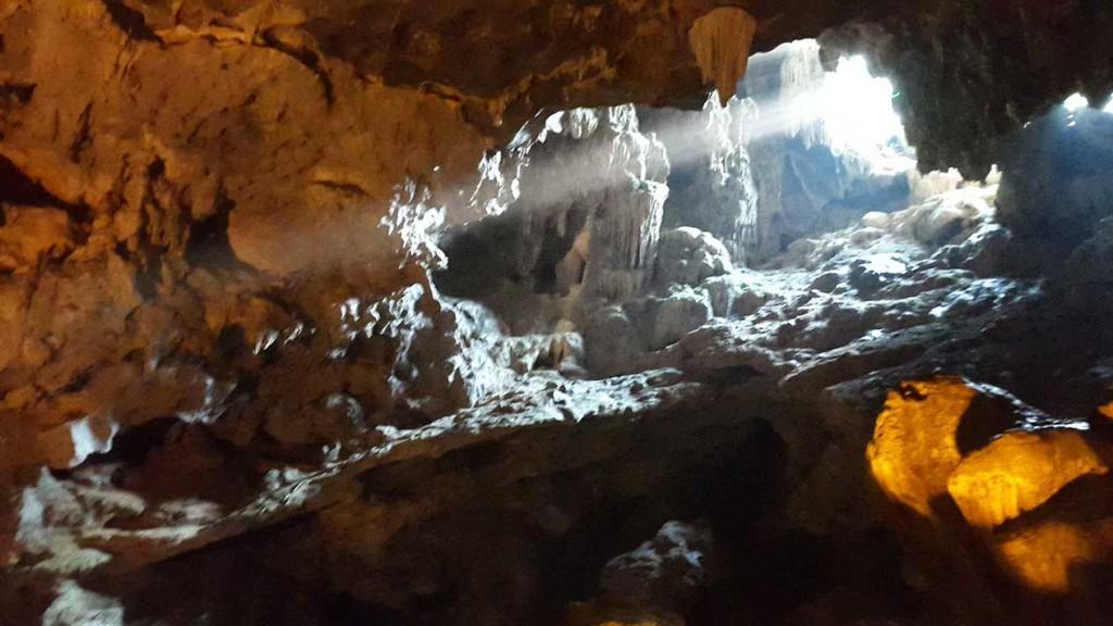 Пещеру обнаружили случайно, когда два рыбака хотели поймать обезьяну, которая неожиданно скрылась в скале.