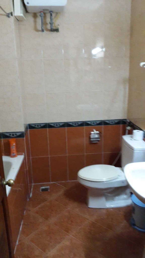 Наконец-то ванна отдельно от туалета, так что можно мыться и не забрызгать весь пол.