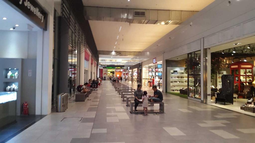 Аэропорт Куала-Лумпура, очень большой.