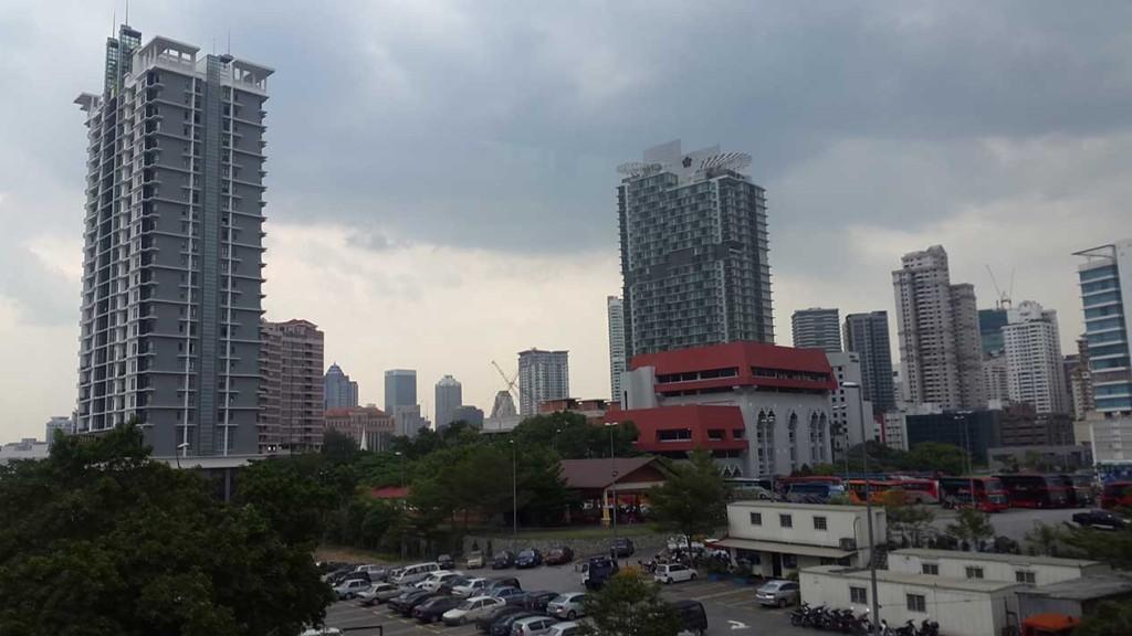 Первый взгляд на Куала-Лумпур из окна вагона монорельса.