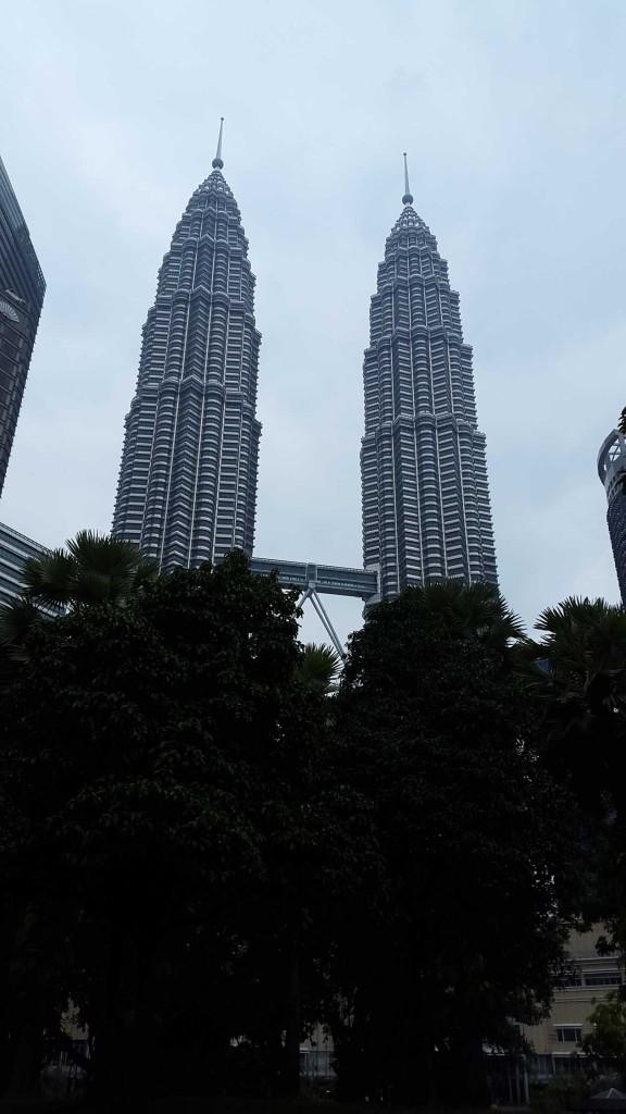 Начну с самого знакомого вида Куала-Лумпура, башен Петронас. Тем не менее, Куала-Лумпур сочетает в себе множество непохожих мест.