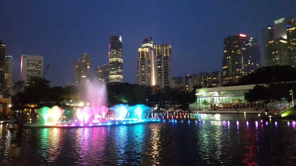Шоу фонтанов в центральном парке Куала-Лумпура, совсем рядом с башнями Петронас.