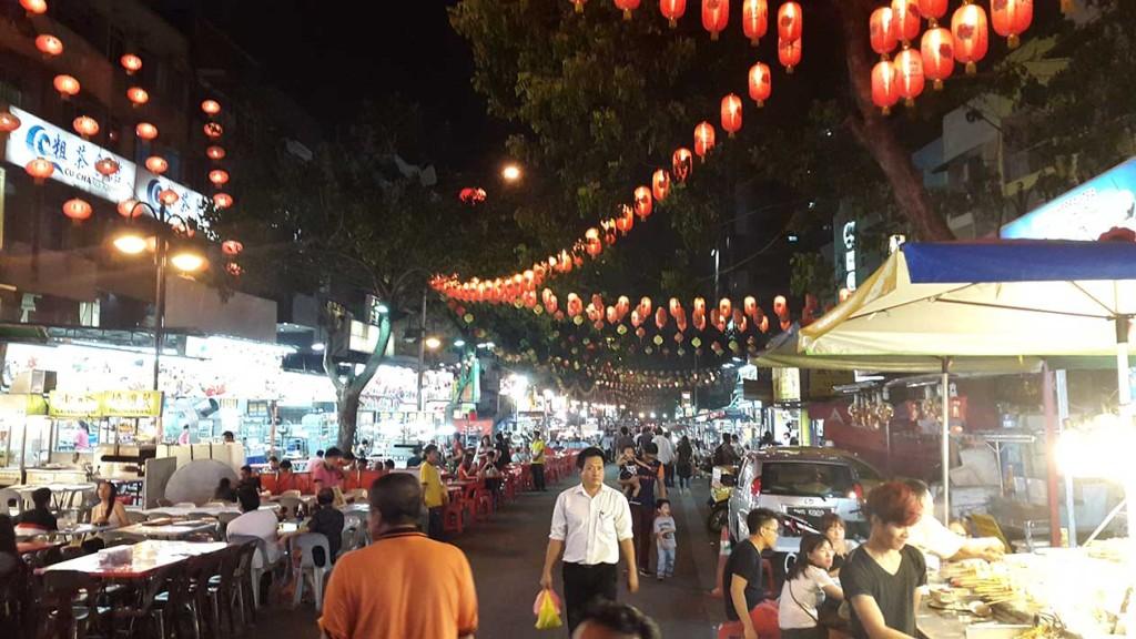 Ресторанная улица Jalan Alor, которую нам усердно рекламировал Booking и которая находился совсем рядом с нашим отелем.