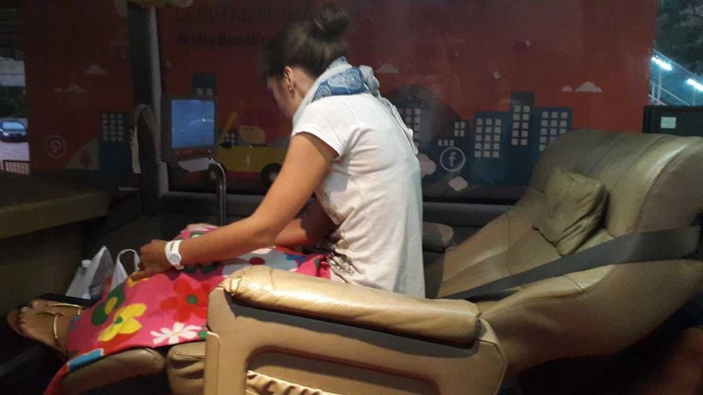 Лена изучает режимы вибромассажа.