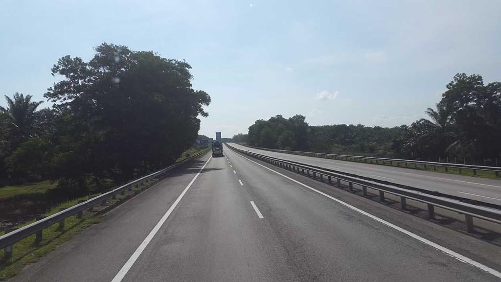Куала-Лумпур. Дорога в Сингапур. Вдоль дороги очень чисто.