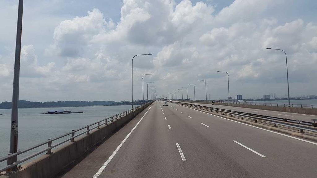 Прямо за мостом Сингапур!