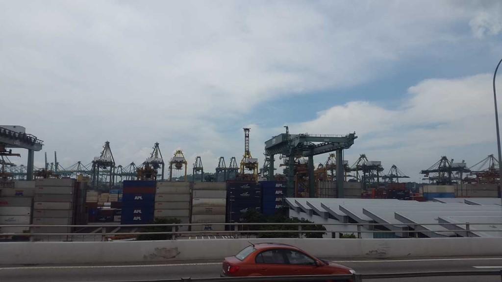 Сингапур - это еще и крупнейший порт.