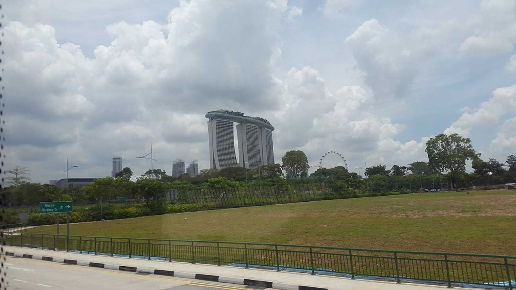 И наконец, первый взгляд на отель-казино Marina Bay Sands.