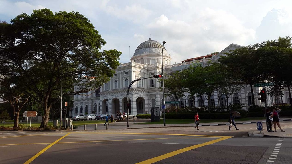 А теперь уже и по городу. На фото музей Сингапура.