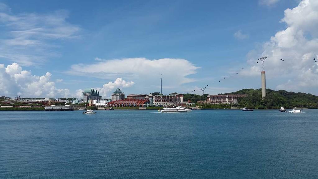 Вид на Sentosa и парк Universal Studio. Находятся они на отдельно островке.