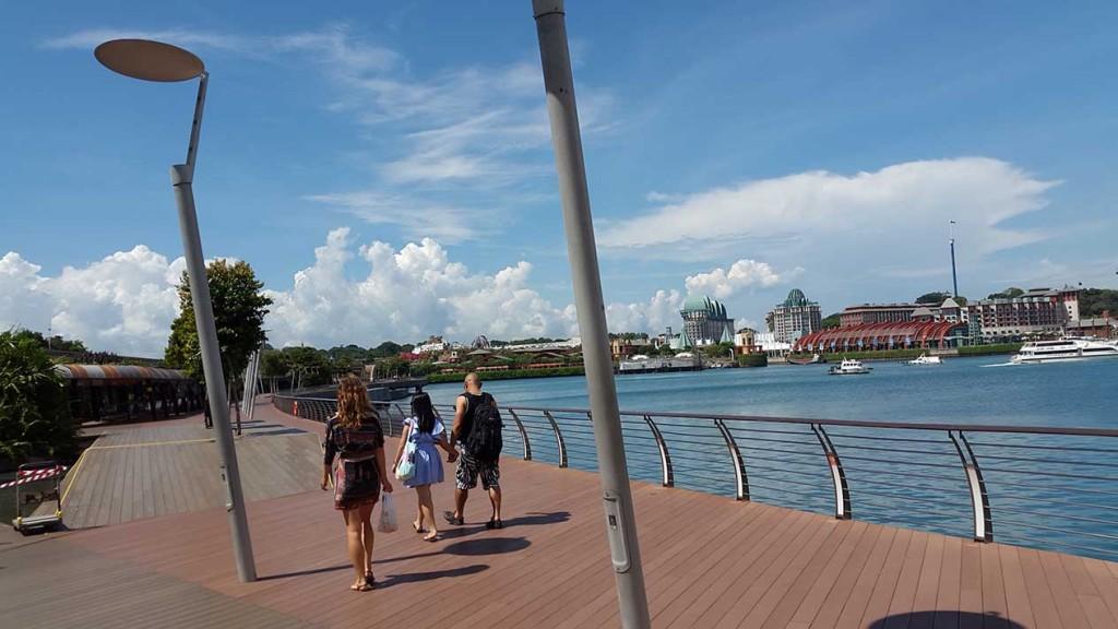 Мост не длинный и снабжен траволаторами, так что путь очень удобный.