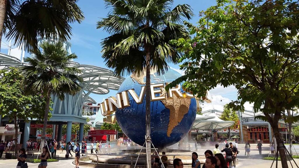 Перед входов в парк Universal вас будет встречать фирменный глобус.