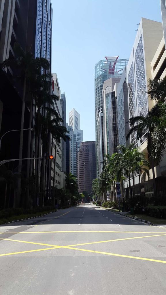 Был выходной и улицы были практически пустыми.