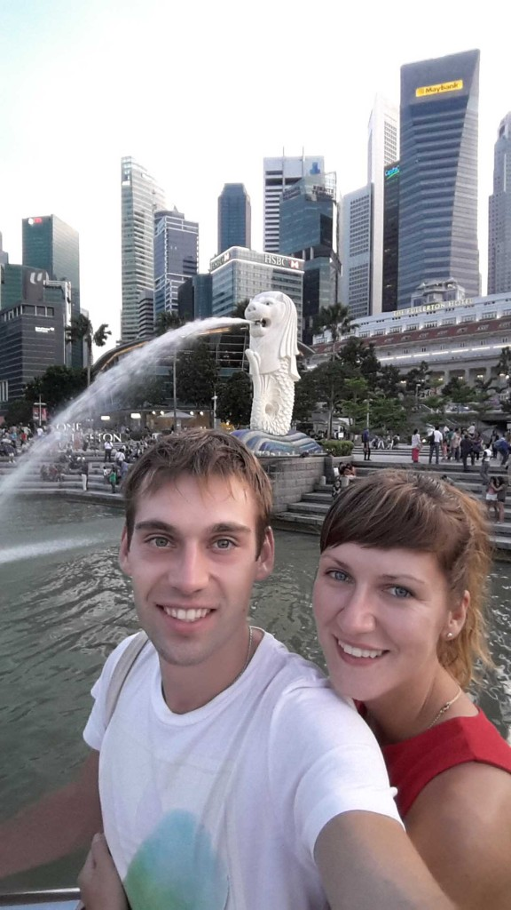 На фоне мерлион - символ Сингапура.
