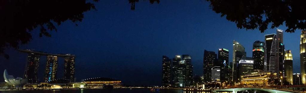 А вот эта панорама - с нашей любимой спрятанной скамейки рядом с набережной. Именно отсюда с нее мы смотрели лазерное шоу Марина Бей в самый первый день. Отсюда же наблюдали его и в последний день нашего отпуска в Сингапуре.