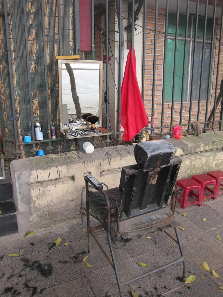 И напоследок мини парикмахерская на улице рядом с музеем.