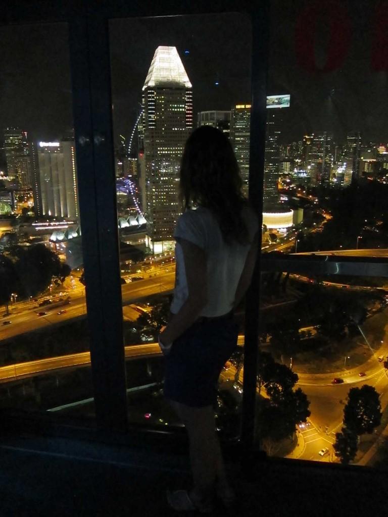 Лена любуется Сингапуром.