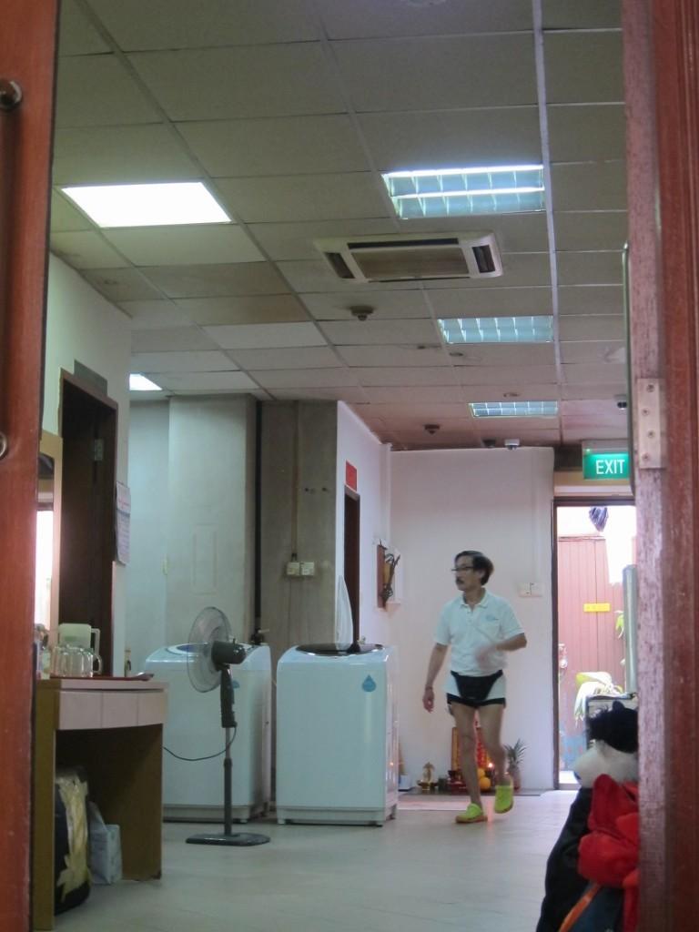 Вот и настало время попрощаться с нашим отелем в Сингапуре и с его милым персоналом).