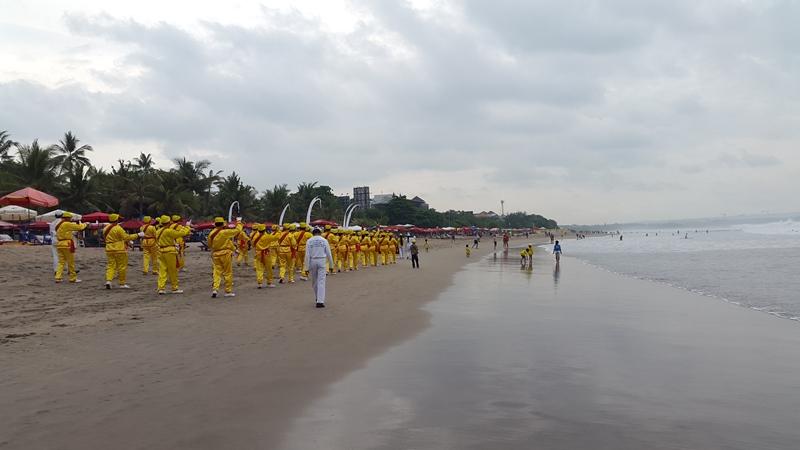 Но несмотря на них, на пляже всегда полно народу и каждый раз происходит что-то новое.