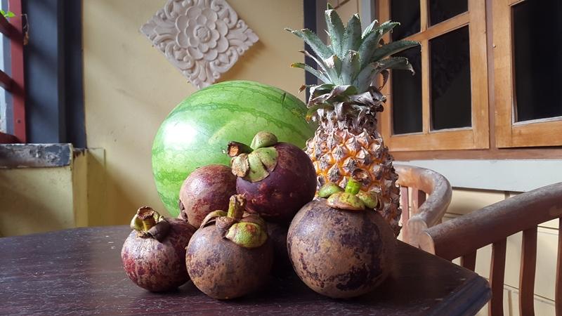 Но еще и фруктами обедаем! Регулярно арбузами и мангустинами.