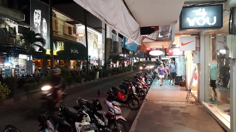 Есть конечно и фирменные магазины, расположенные на центральных улицах, но и здесь 80% тряпье.