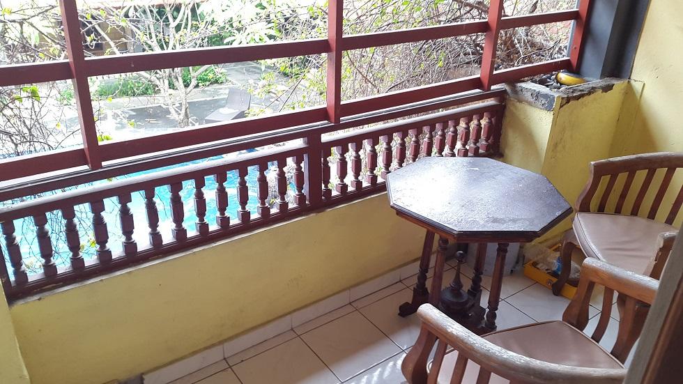 А вот и вид с нашего балкончика.