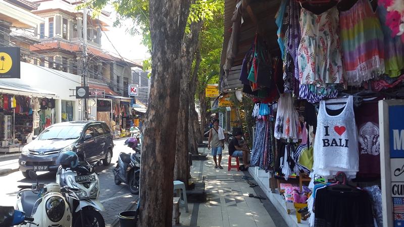 Улицы Куты - один сплошной магазины ненужного тряпья.