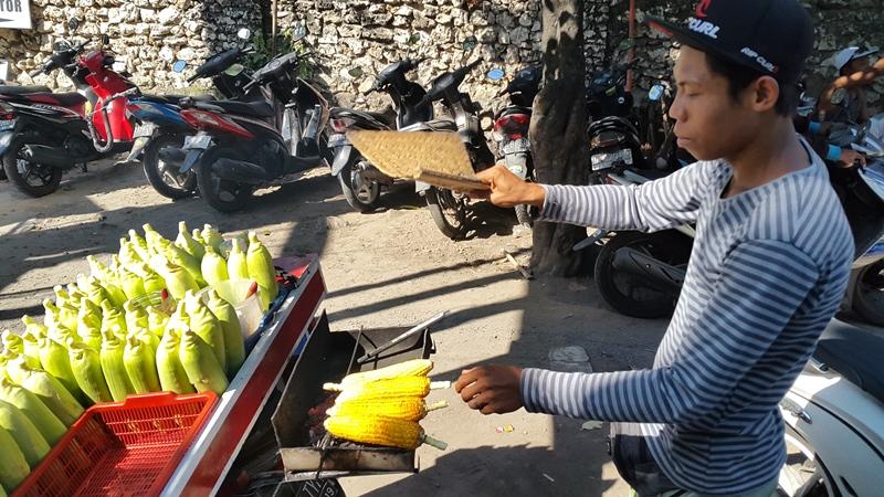 Кукурузу купили на улице. Здесь ее жарят и смазывают сладким сиропом.