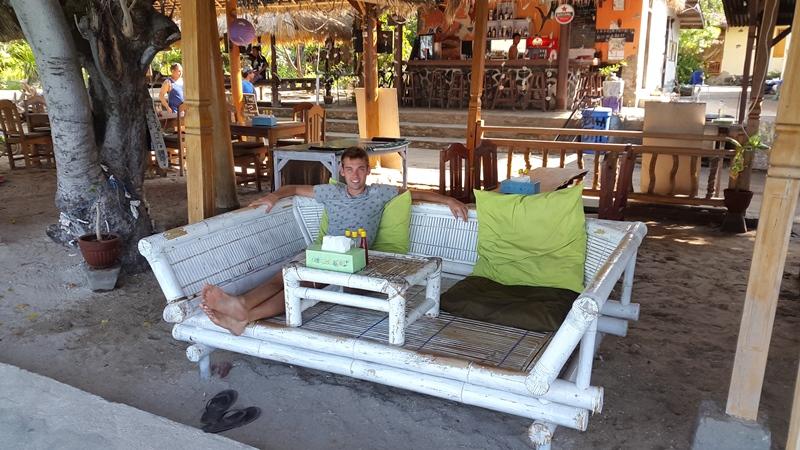 Ура!! Вот эти замечательные кафе с их замечательными диванами из бамбука.