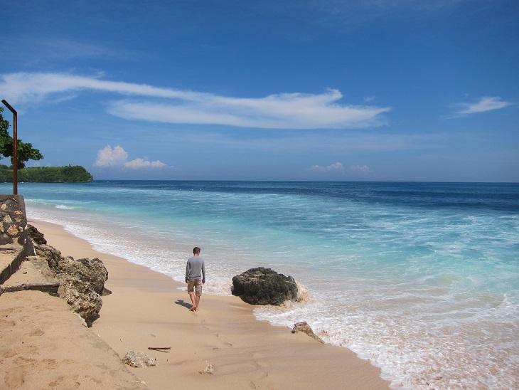 Волны здесь не маленькие, а пляж намного меньше, чем на Куте. И вход глубже, так что новичкам здесь не так комфортно серфить.