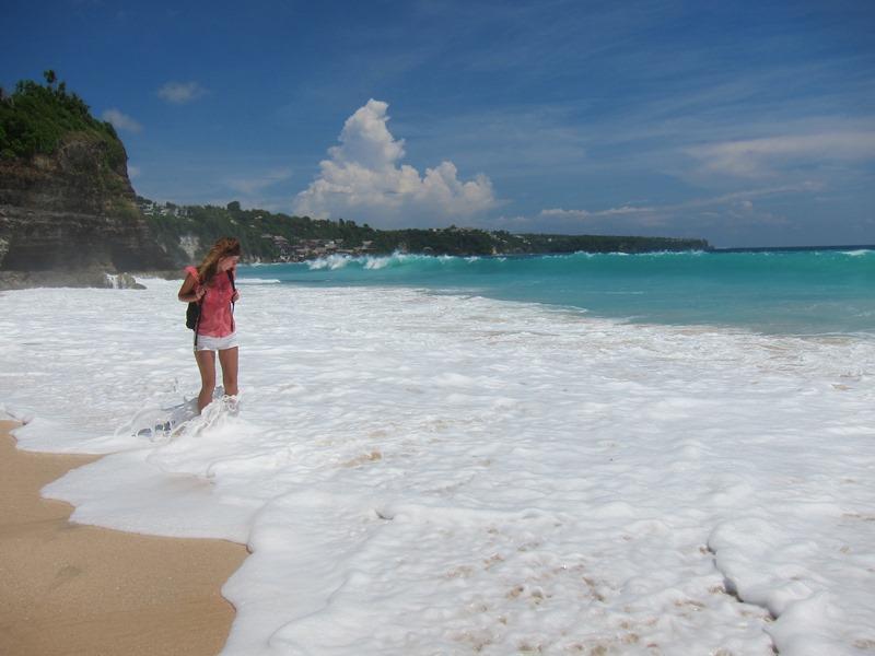 Волны также прибивают очень близко, но здесь пляж все-таки по шире и часть суши остается нетронутой.