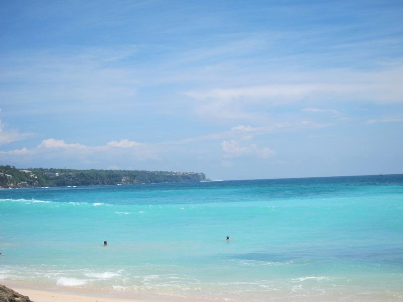 Ну в общем опять, пляж красивый, но вряд ли подойдет на долгий срок, т.к. вокруг кроме одного кафе и гольф полей с дорогими отелями, ничего больше и нет.   Так что приехать и искупаться.