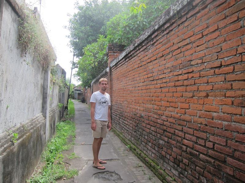 Переулок возле одного из храмов Денпасара.