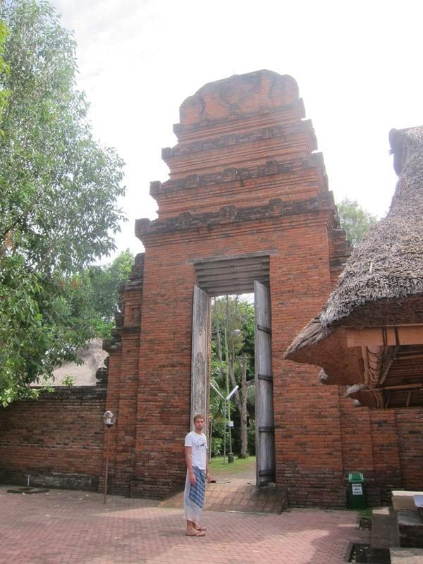 Внушительных размеров двери храма.