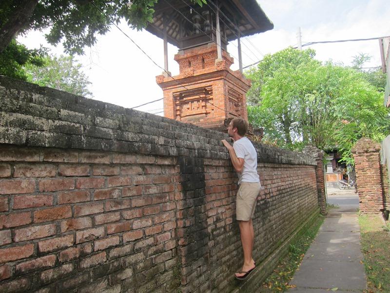Один из храмов нашей программы был закрыт, так что пришлось подглядывать.
