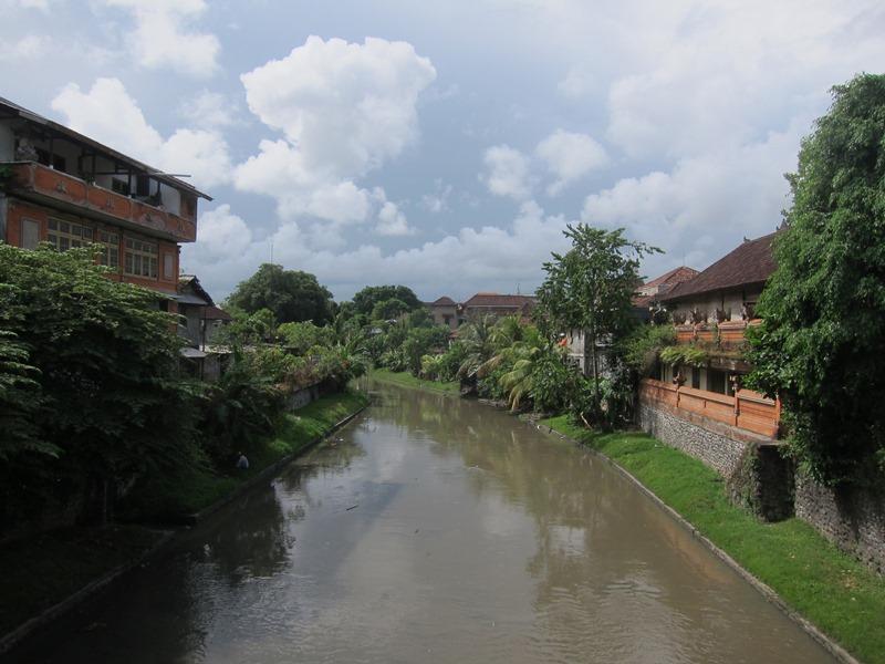 Речка рядом с рынком.