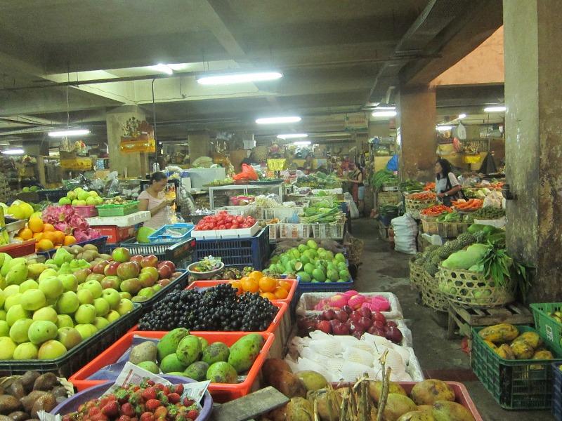 Рынок Денпасара с узенькими проходами.
