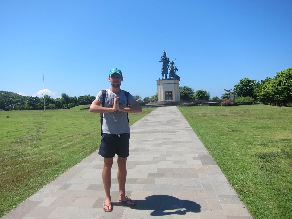 Впереди монумент практически в чистом поле.