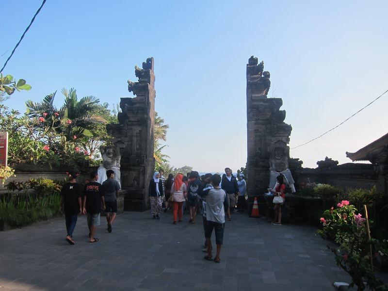 """А затем уже и классические """"расколотые"""" ворота, которые являются неотъемлемой частью Бали."""