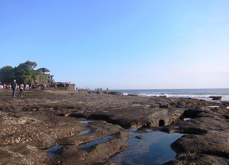 А вот скалистое дно индийского океана, которое также является и дорогой к храму и открывается только во время отлива.