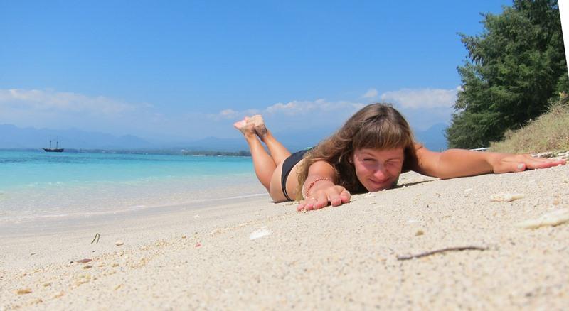 Лена на белом песке.